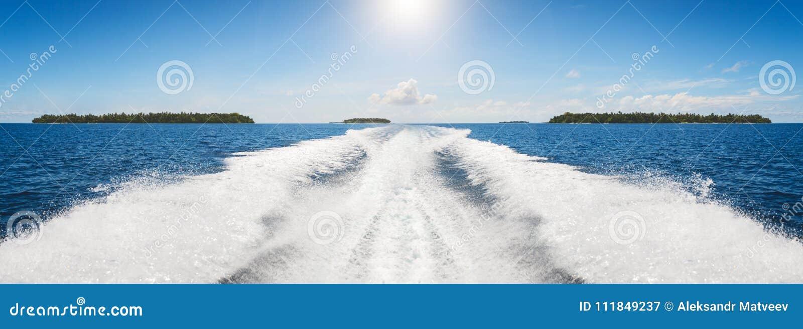 Bakgrundsvattenyttersida bakom av det snabba rörande motoriska fartyget i retro stil för tappning