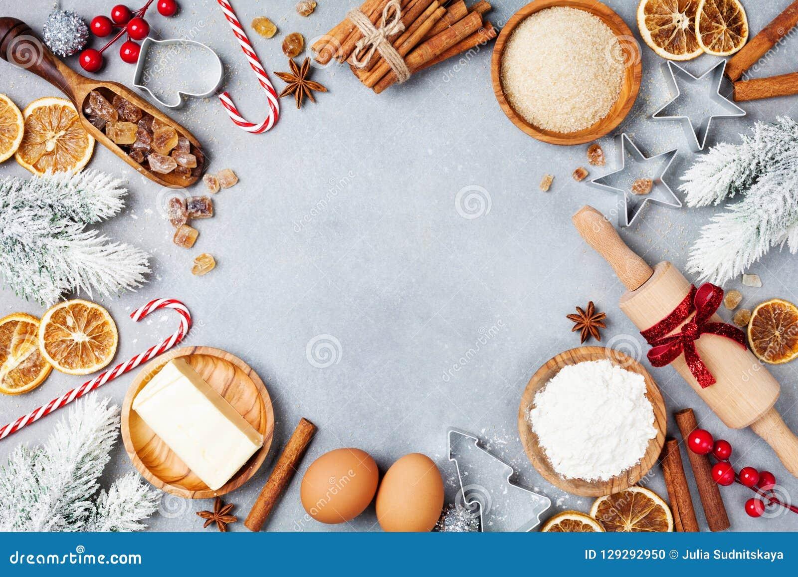 Bakkerijachtergrond met ingrediënten voor het koken Kerstmisbaksel met spar worden verfraaid die Bloem, bruine suiker, eieren en