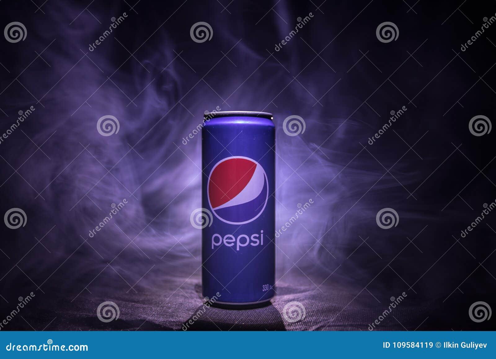 BAKOU, AZERBAÏDJAN - JANVIER 13,2018 : Pepsi peut sur le fond brumeux modifié la tonalité foncé