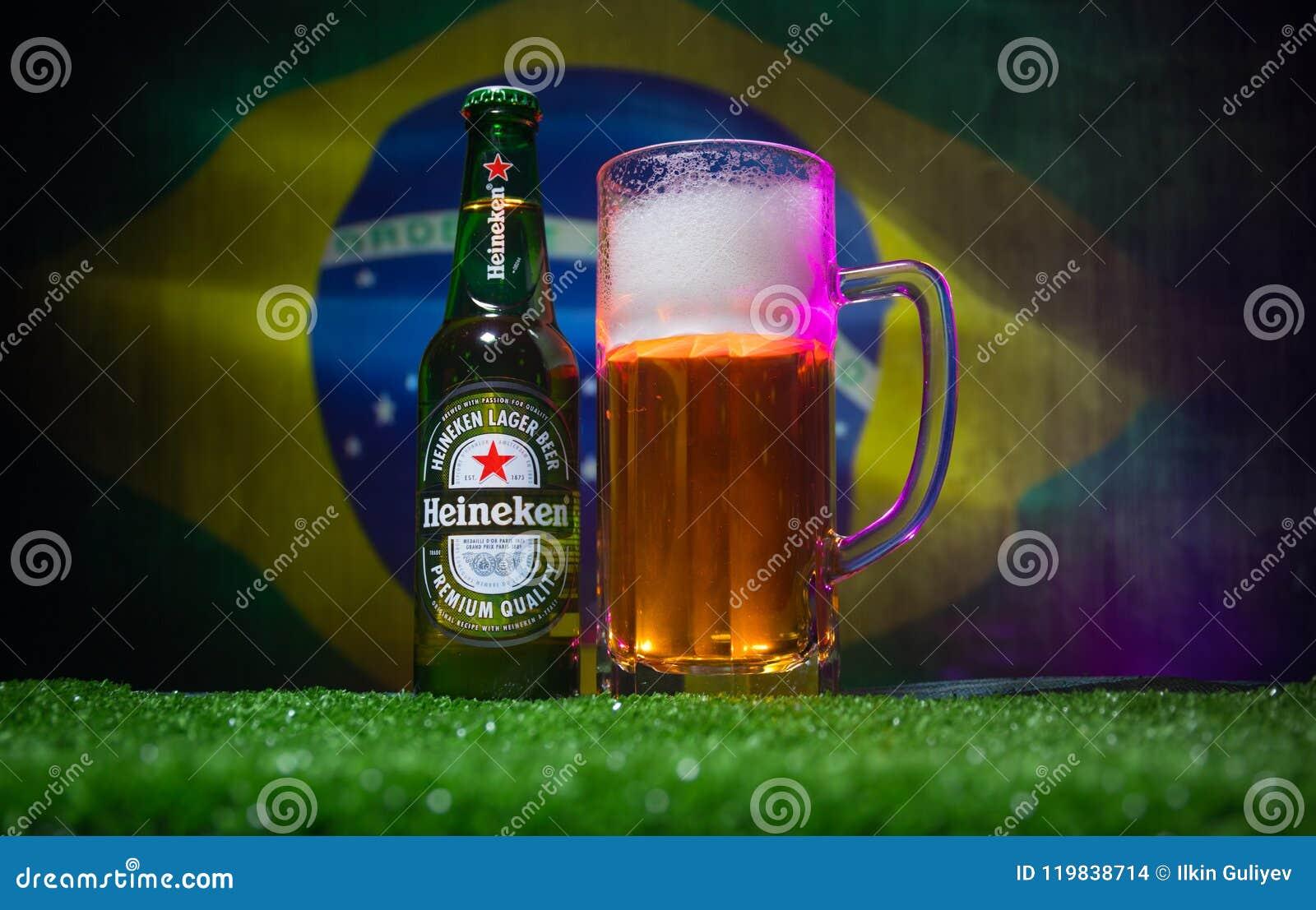 BAKOU, AZERBAÏDJAN - 21 JUIN 2018 : Heineken Lager Beer dans la bouteille avec la boule 2018 du football de coupe du monde de la