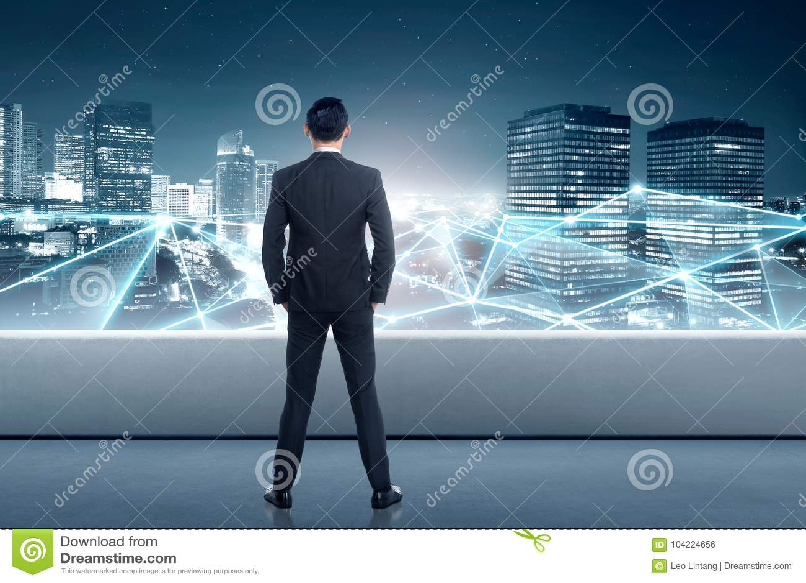 Bakre sikt av den asiatiska affärsmannen som ser nätverksanslutning