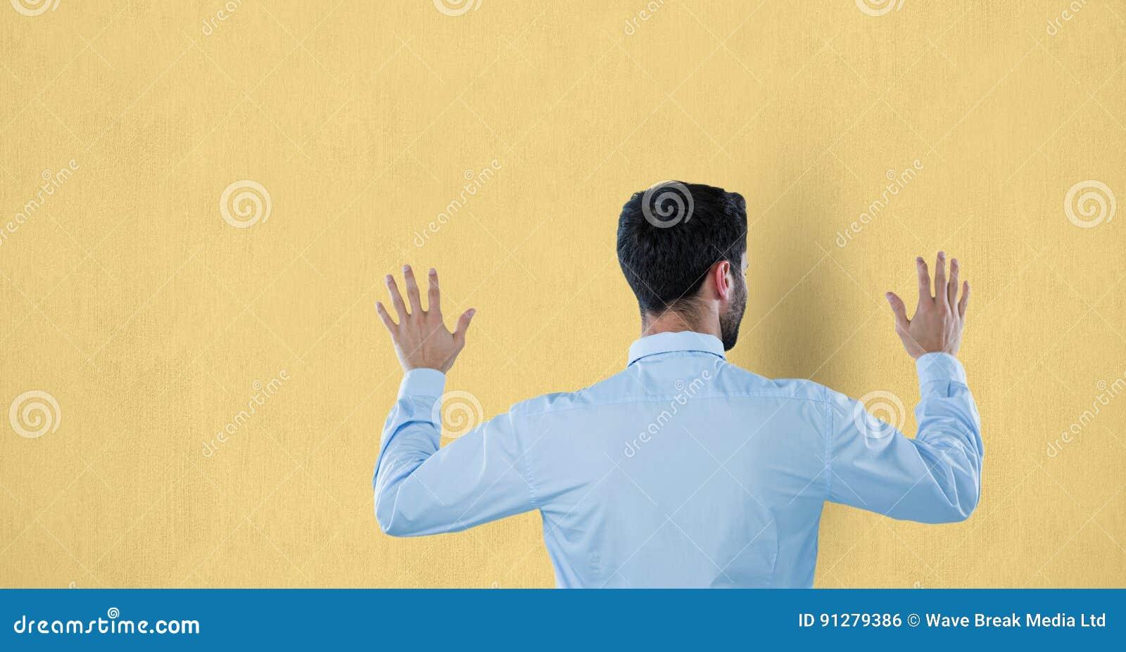 Bakre sikt av den rörande väggen för affärsman