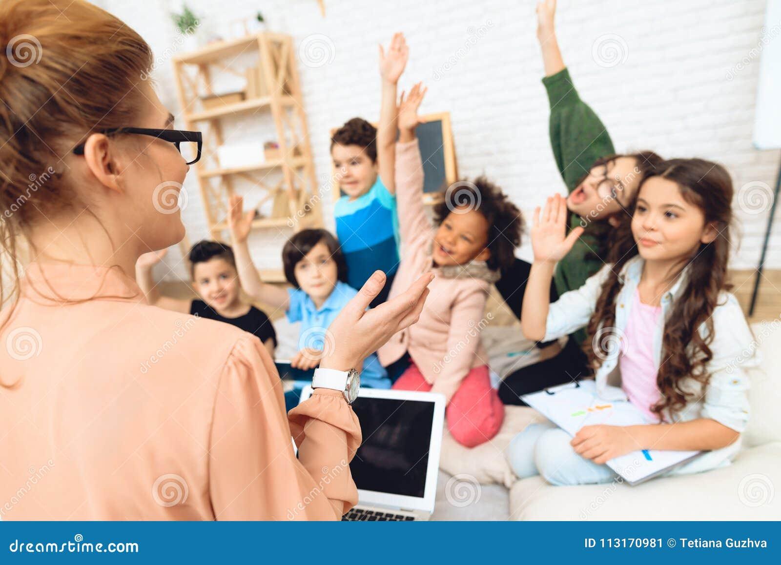 Bakre sikt av läraren som undervisar kurs i grundskola Begrepp för primär utbildning för barn` s