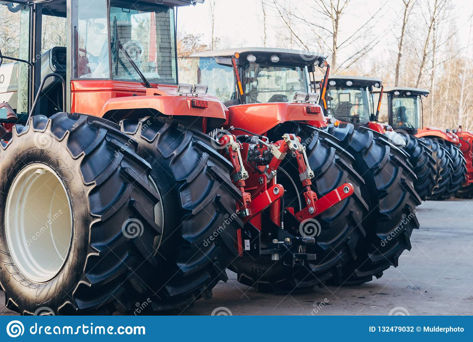 Bakre sikt av moderna jordbruks- traktorer med den hydrauliska lyftande ramen för att fästa skuggad utrustning