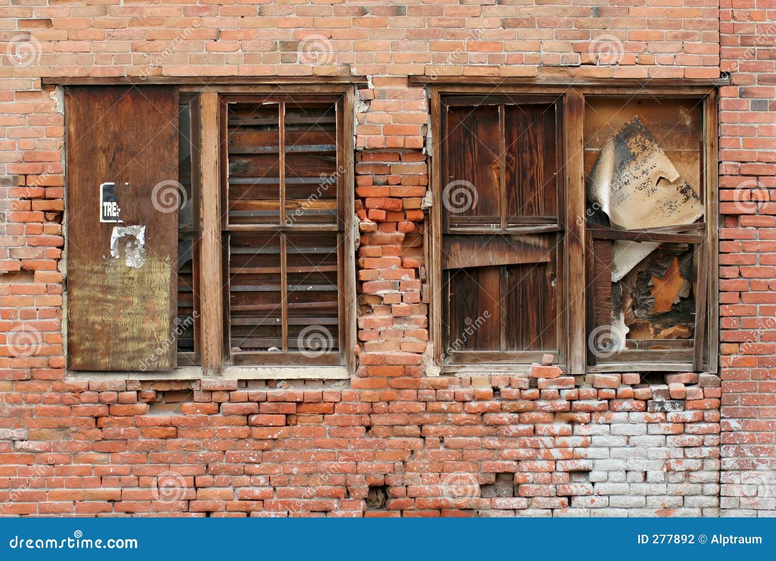 Bakstenen muur en vensters