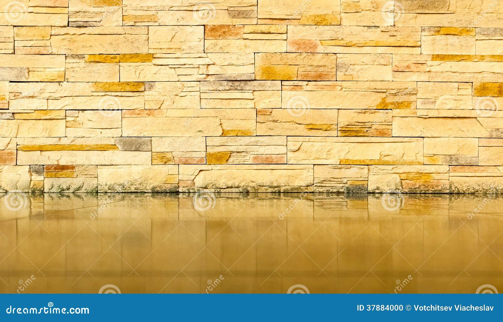 Bakstenen muur met betegelde vloer