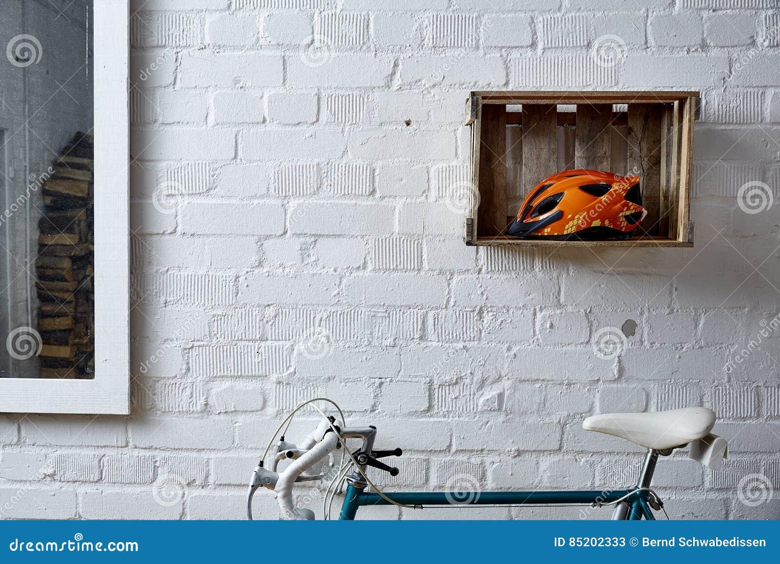 Bakstenen muur met decoratie in studio stock afbeelding