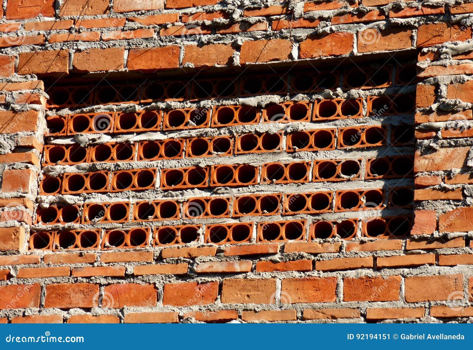 Stenen Muur Vernissen : Bakstenen muur met gaten stock afbeelding afbeelding bestaande