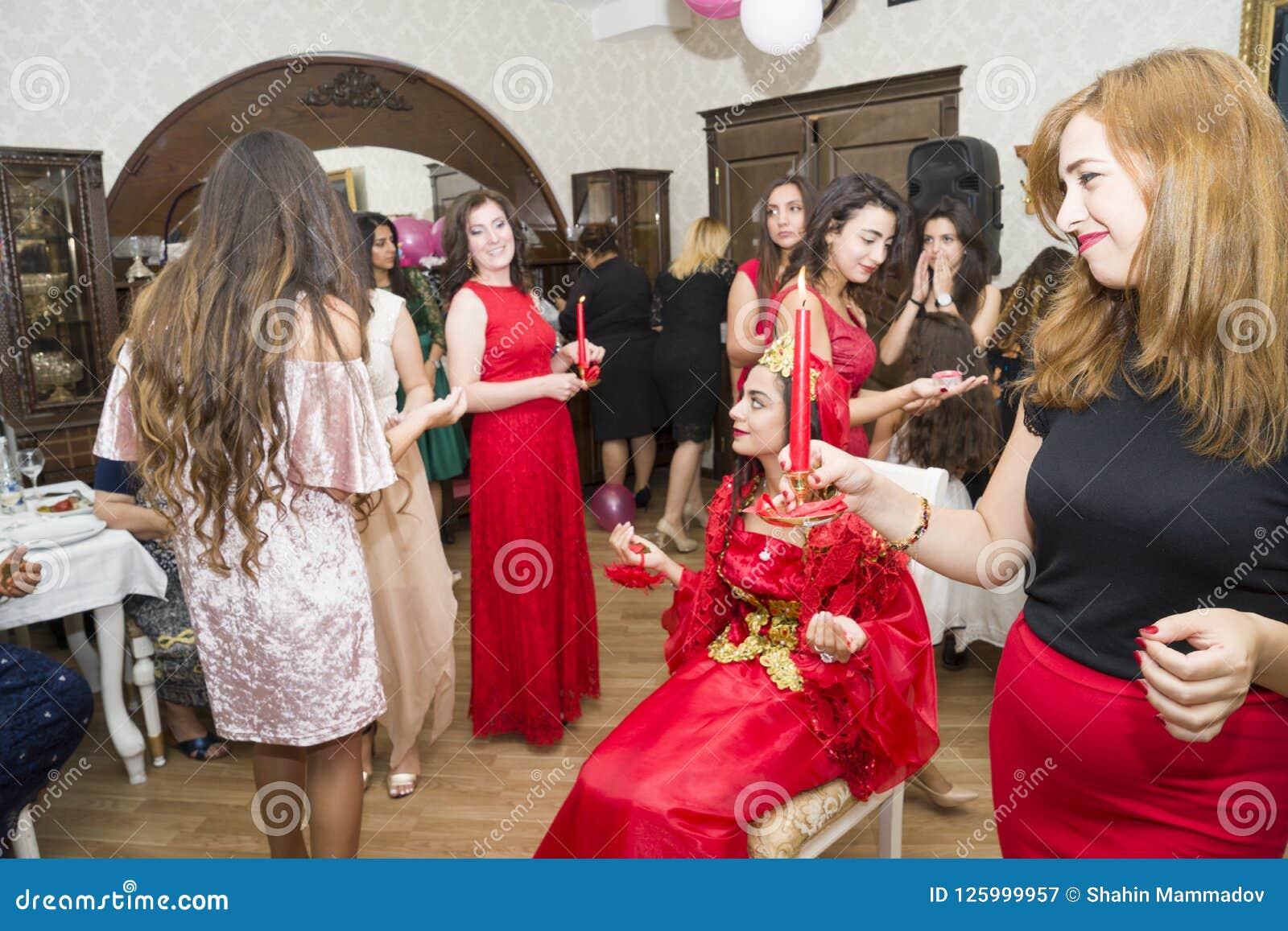 Baku, azerbayjan-10 kan 2017: Huwelijkspartij de bruid, de bruidegom en de gasten bij het nationale Turkse Oosterse huwelijk