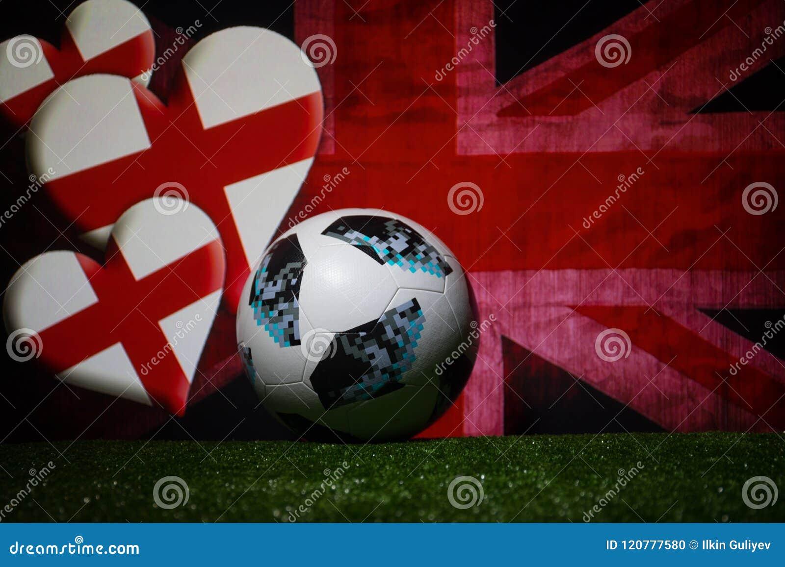 BAKU, AZERBEIDZJAN - JULI 08, 2018: Creatief concept De officiële bal van de de Wereldbekervoetbal van Rusland 2018 Adidas Telsta