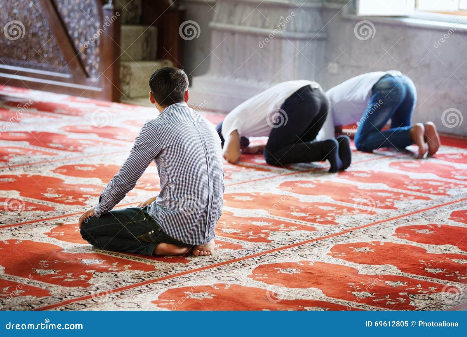 BAKU, AZERBEIDZJAN - 17 Juli, 2015: Een niet geïdentificeerde moslimmens bidt in Juma-Moskee