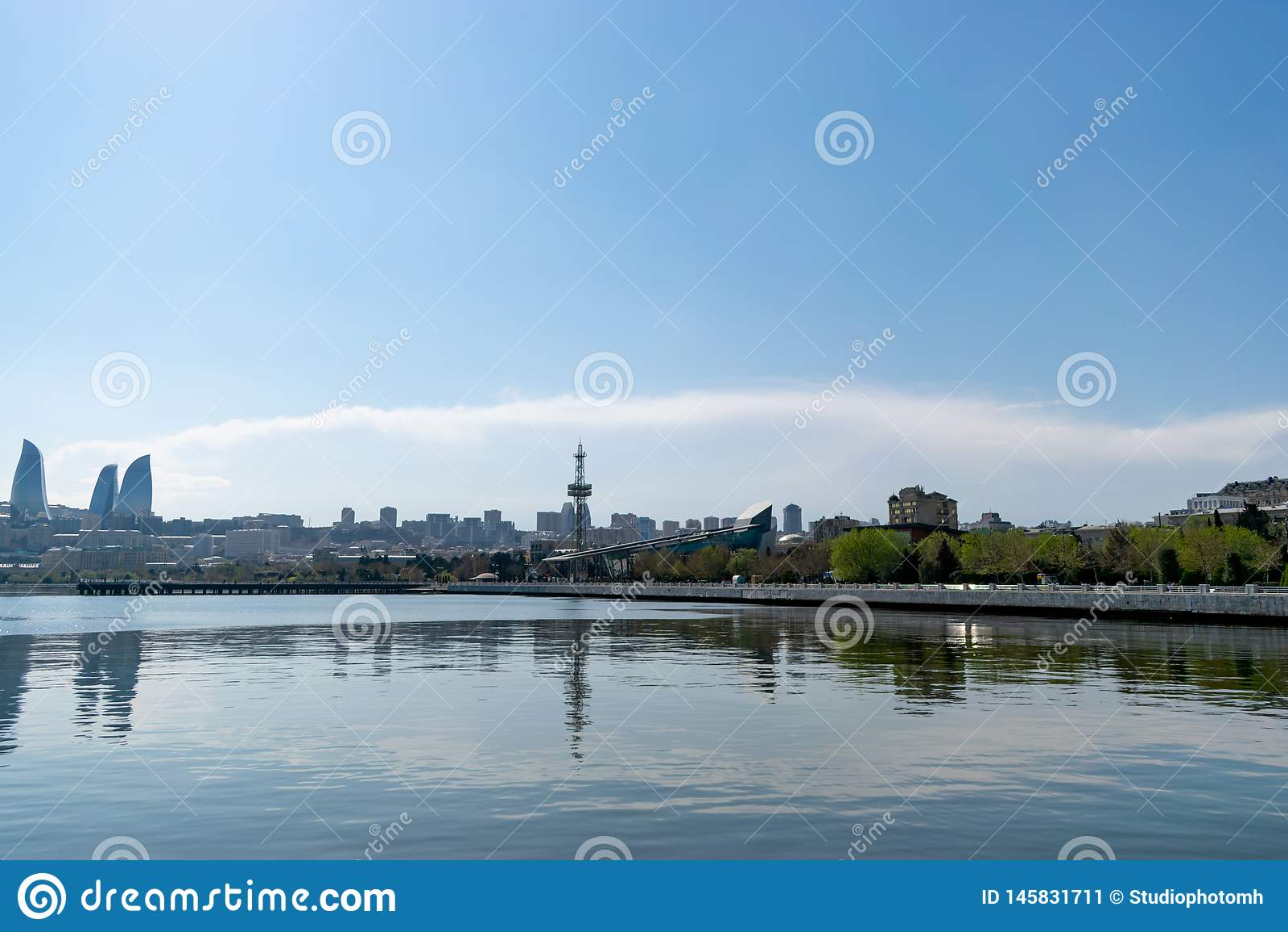 Baku Azerbejd?an, Kwiecie?, - 13, 2019: Baku p?omie? G?rowa?em jest wysokim drapacz chmur w Baku, Azerbejd?an