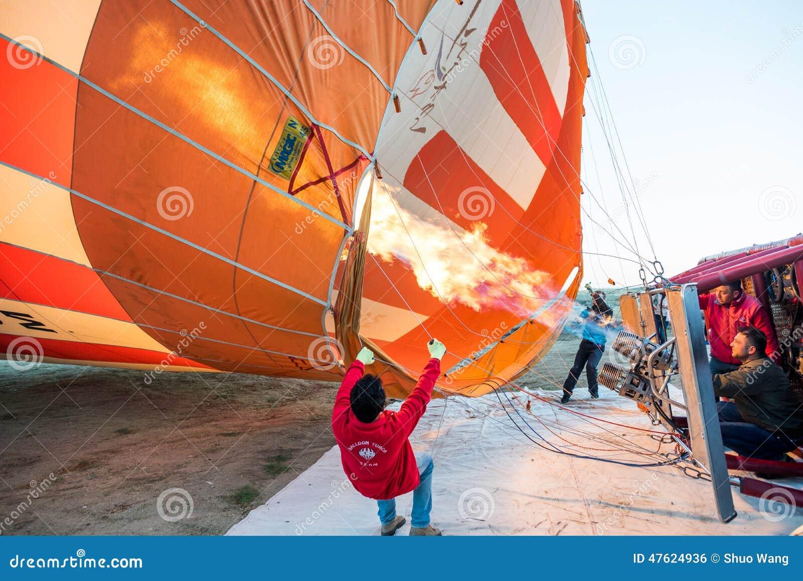 Balão de ar quente pronto para a decolagem