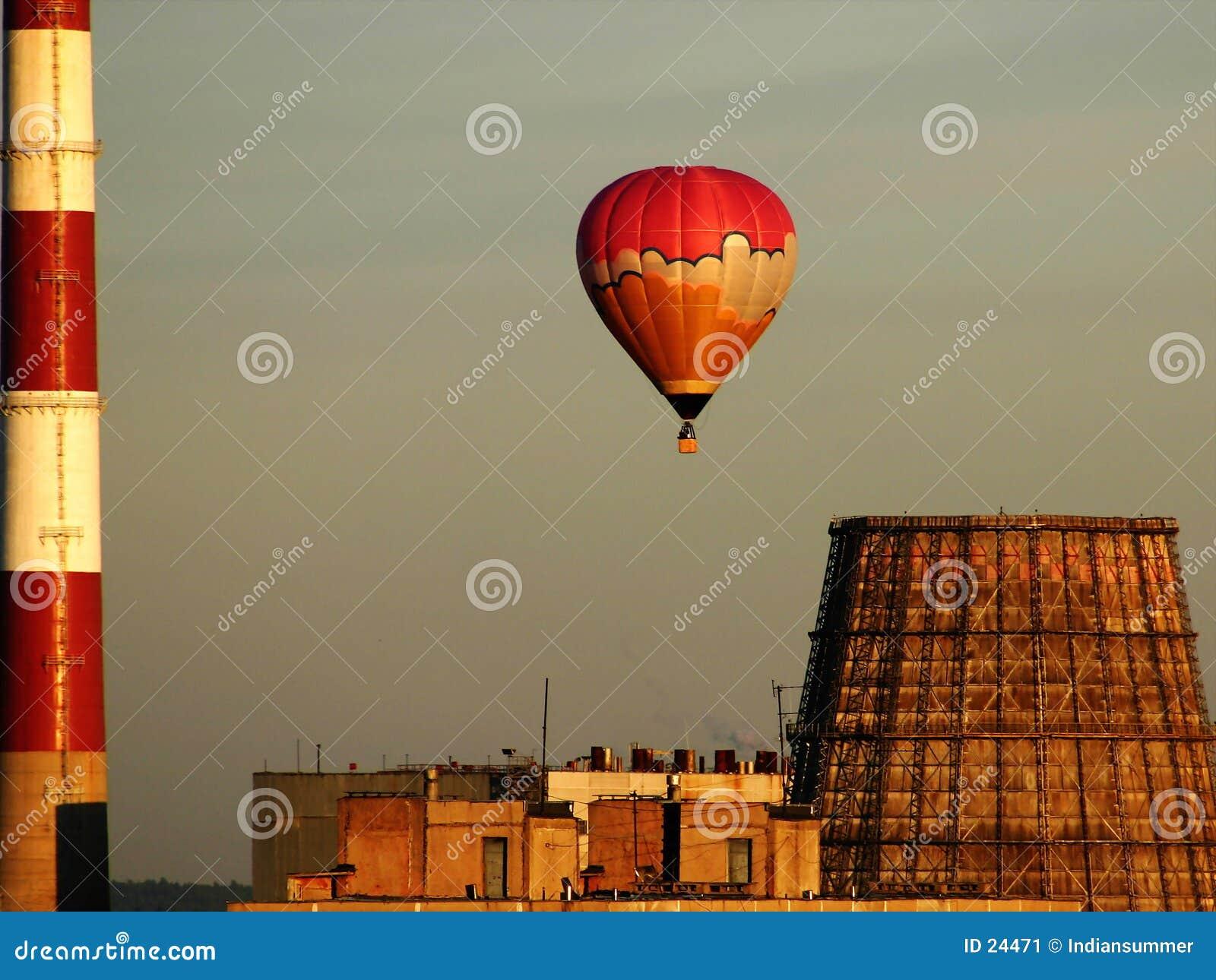 Balão Hot-air sobre a fábrica