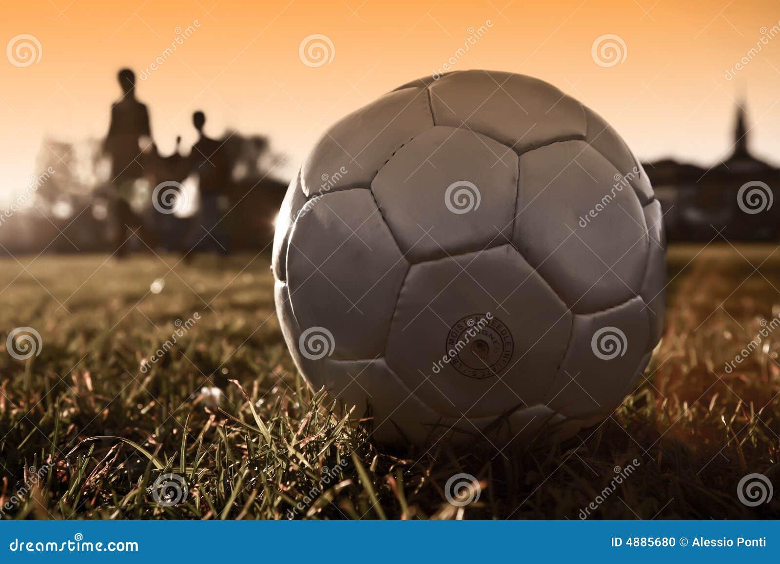 Balón de fútbol con la silueta de la gente en plata