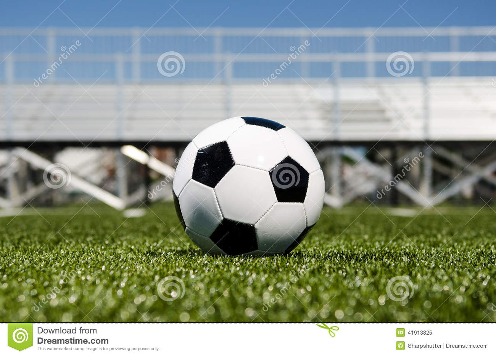 Balón de fútbol con los soportes en fondo