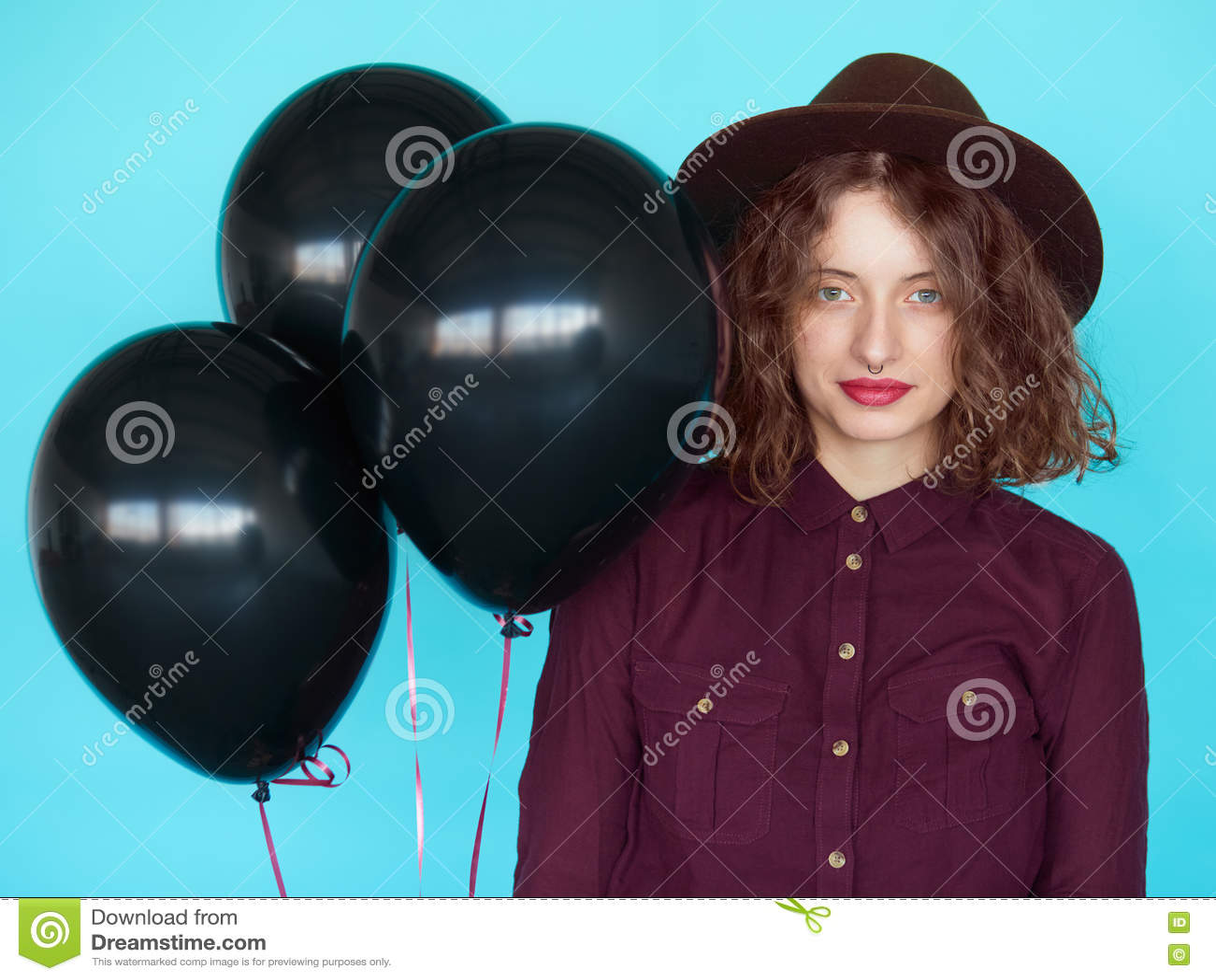 7acae343f O preto à moda sensual do witn da jovem mulher balloons contra o fundo azul  de turquesa