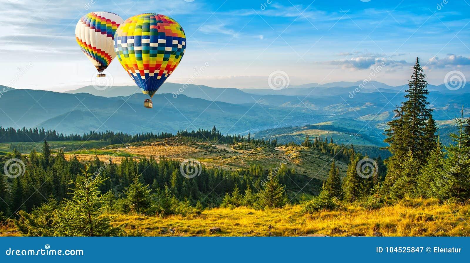 Balões de ar quente coloridos que voam sobre as montanhas Pi artístico