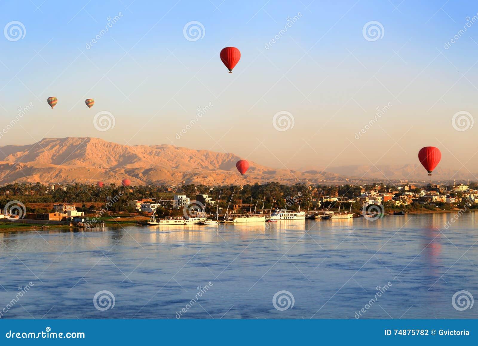 Balões de ar quente em Luxor no nascer do sol