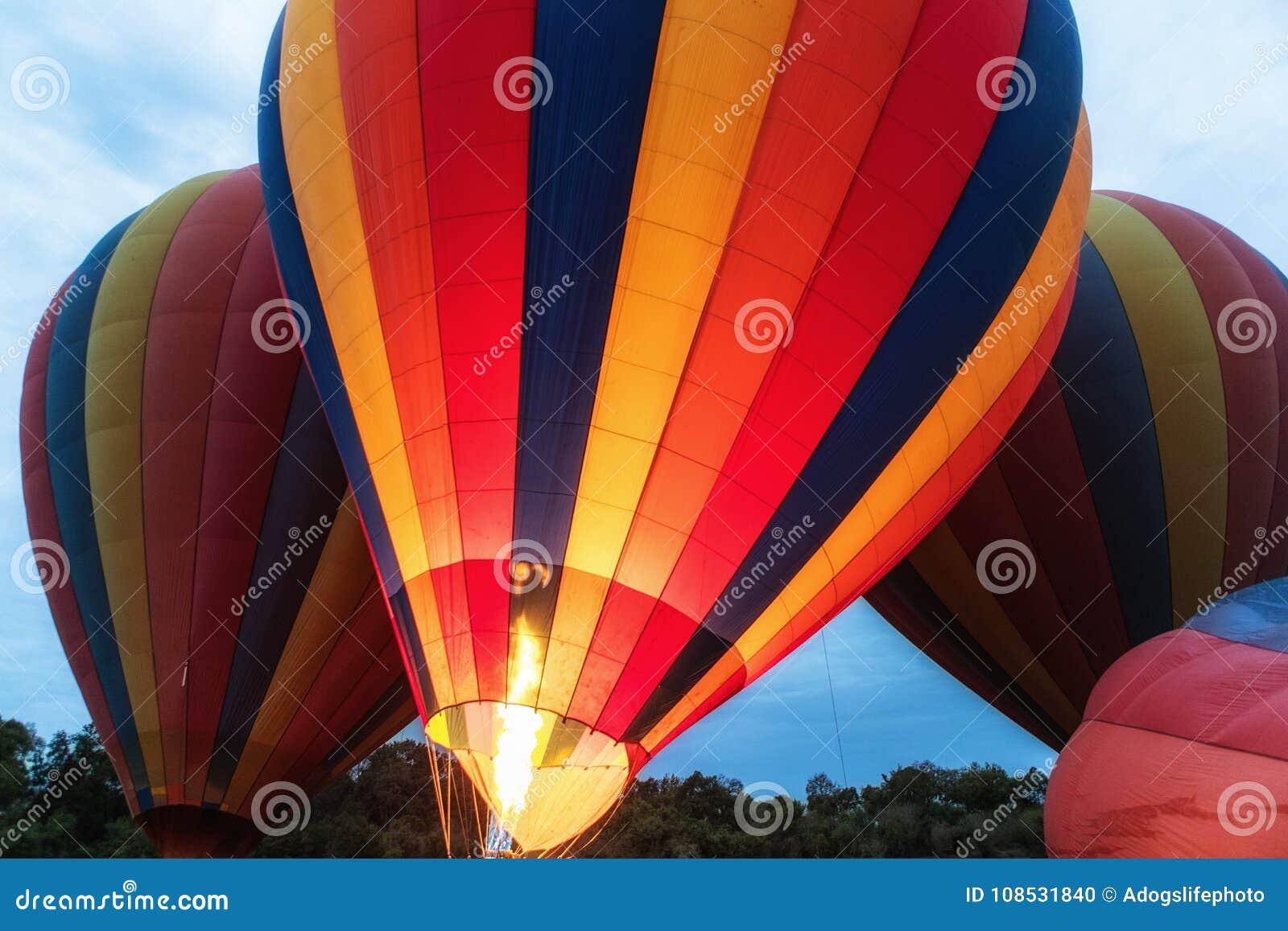 Balões de ar quente prontos para a decolagem