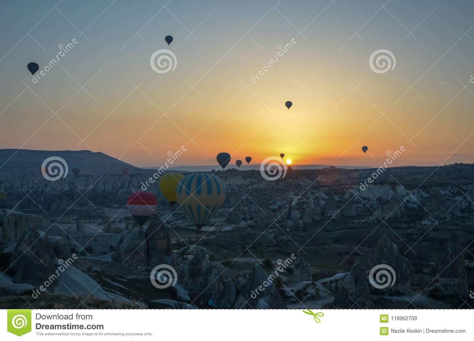 Balões de ar quente de Sunrice que aterram em uma montanha Cappadocia Goreme