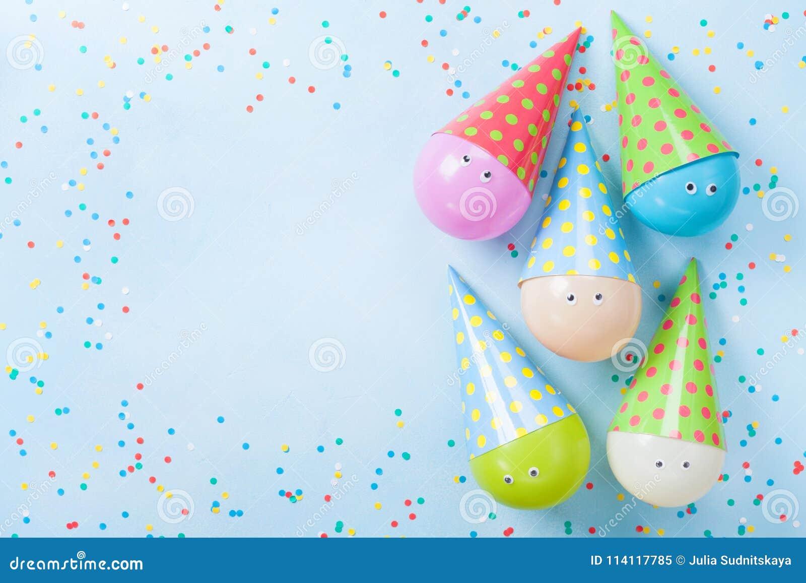 Balões e confetes coloridos na opinião de tampo da mesa azul Fundo do aniversário ou do partido Configuração lisa ano novo feliz