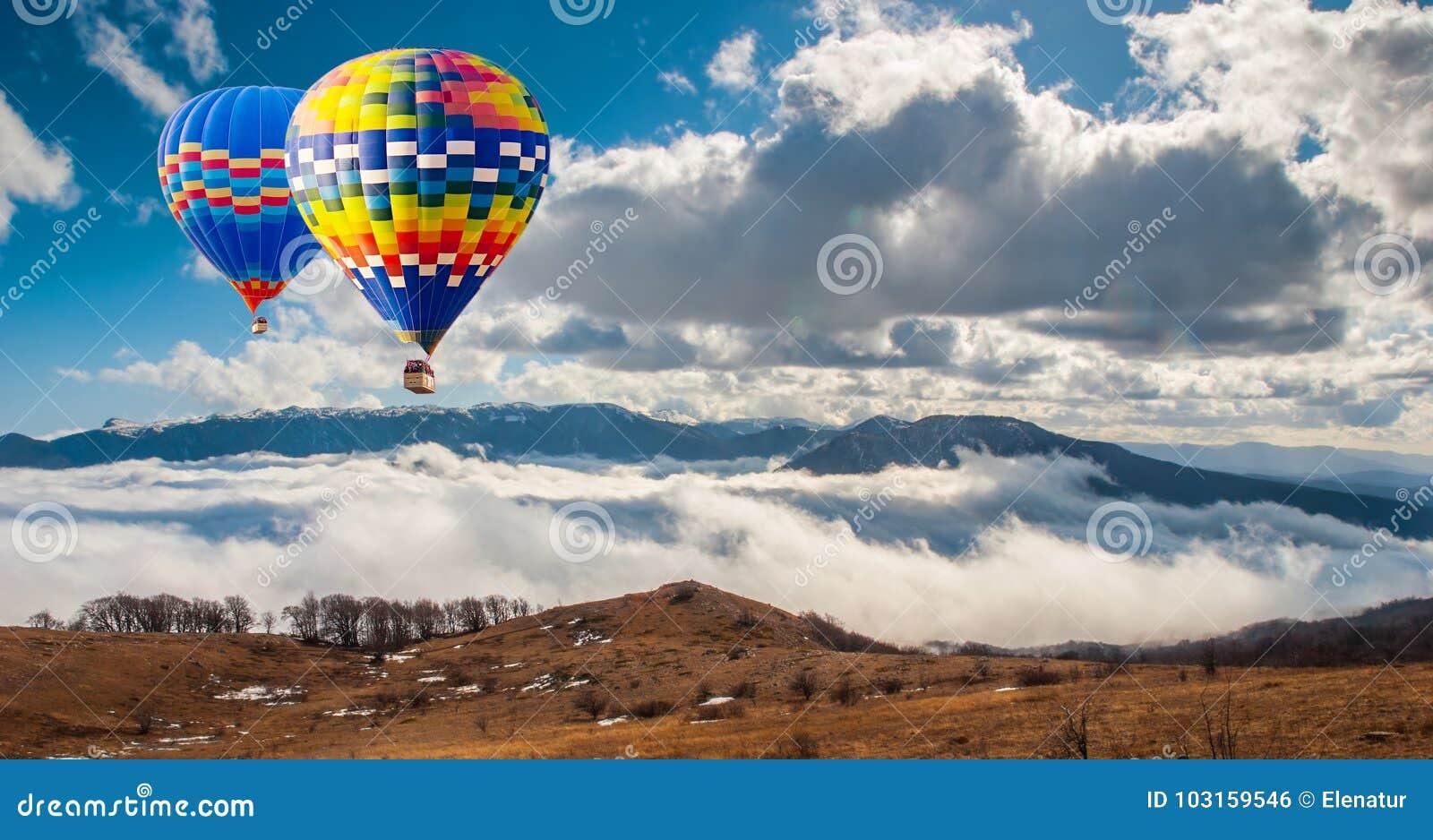 Balões hot-air coloridos que voam sobre a montanha Pict artístico