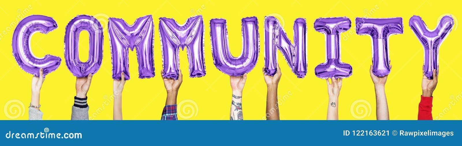 Balões roxos do alfabeto que formam a comunidade da palavra