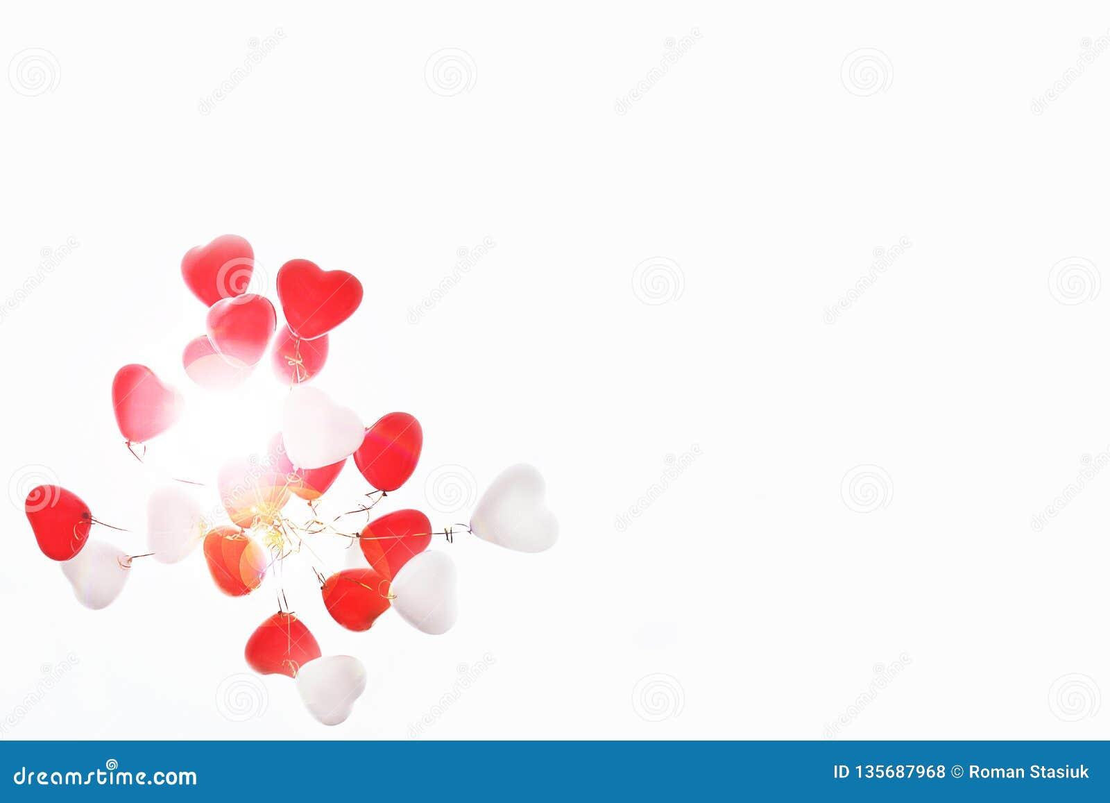 Balões sob a forma do coração no céu
