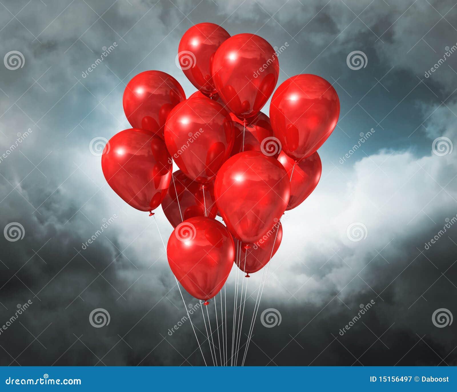 Balões vermelhos em um céu dramático nebuloso