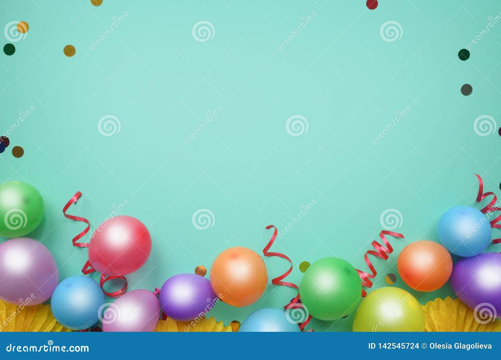 Bal?es e confetes coloridos na opini?o de tampo da mesa de turquesa Fundo do anivers?rio, do feriado ou do partido estilo liso da