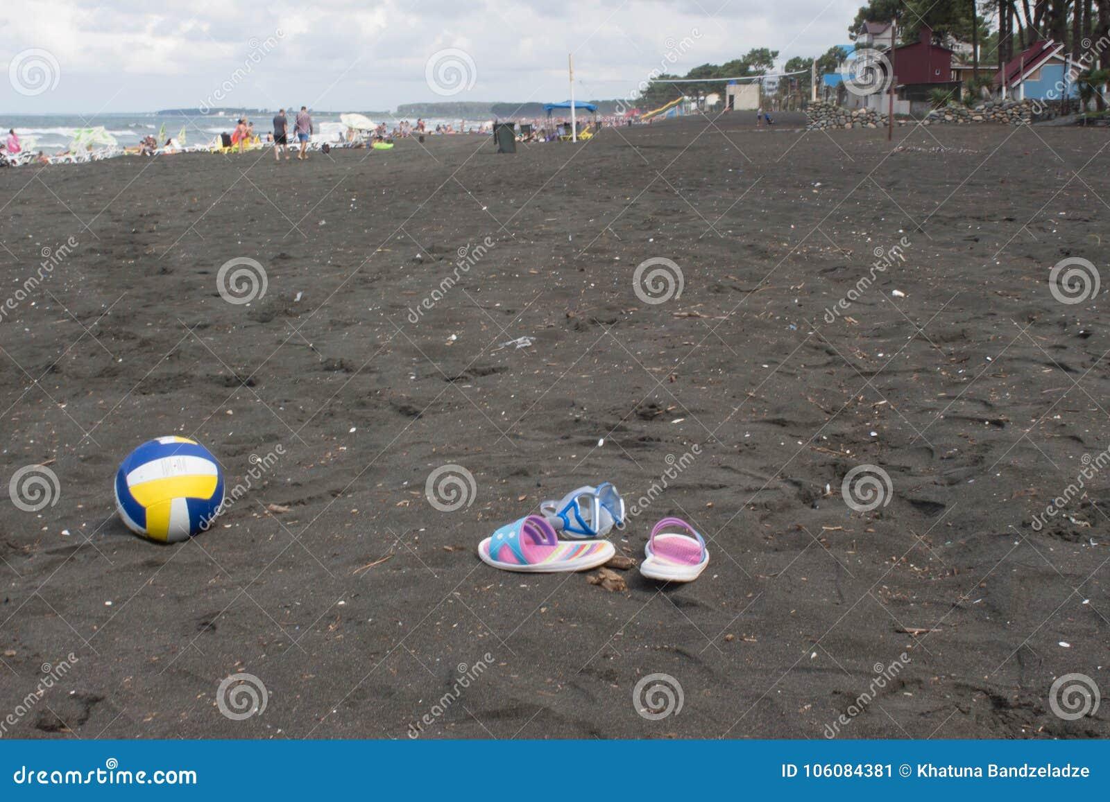 Bal, kleurrijk sandelhout en zwemmende glazen op strand Vage foto van mensen op zandstrand Concept van reis of het overzeese vaka