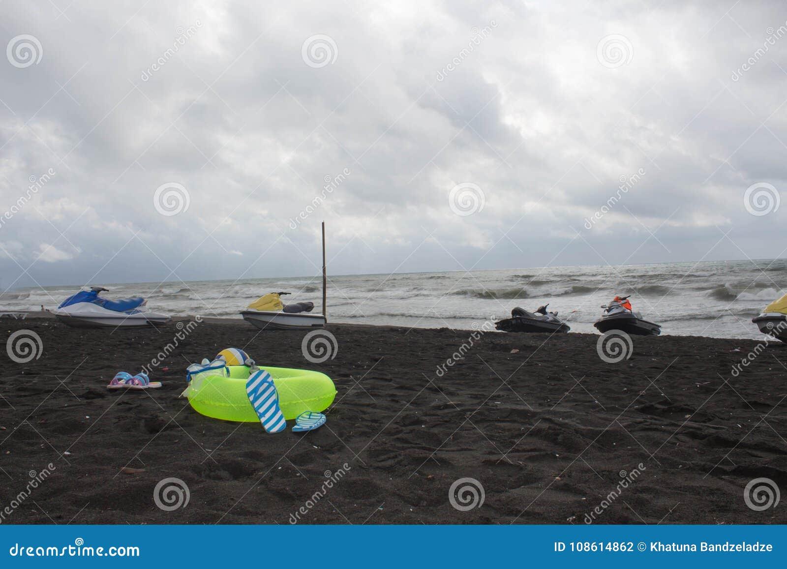 Bal, zwemmende glazen, sandelhout, waterautoped en drijvende ring op strand bewolking, schommeling