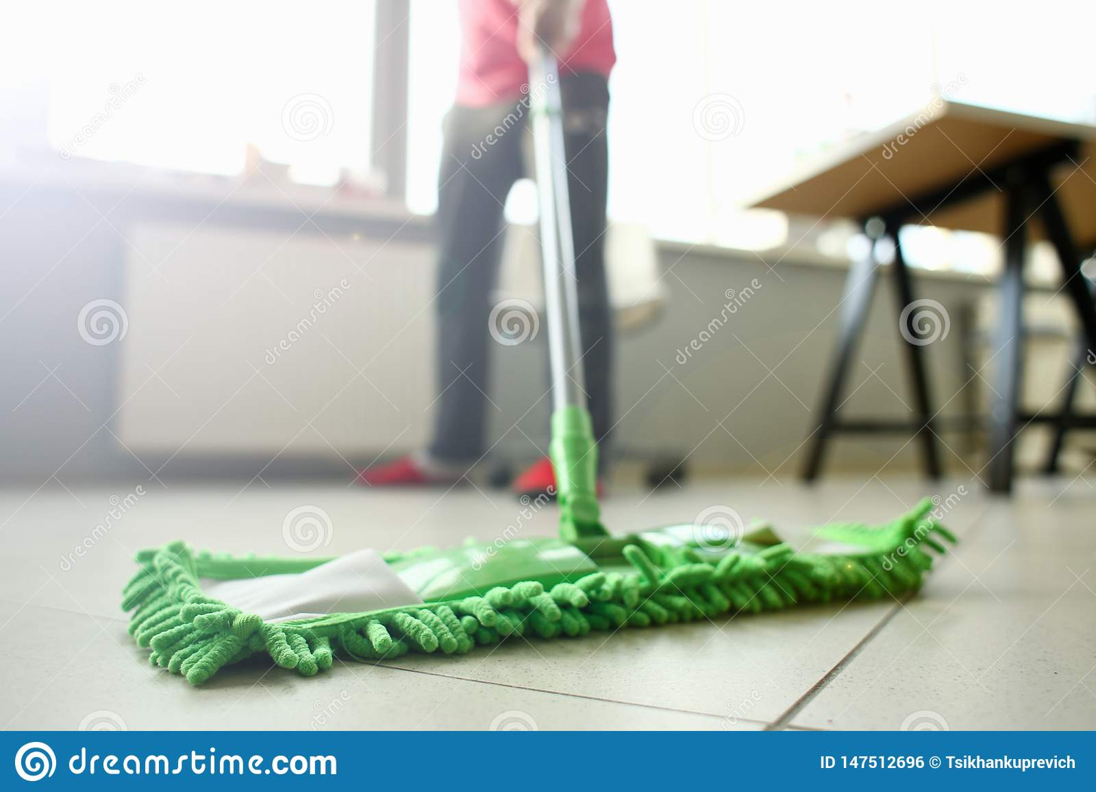 Balai en plastique vert nettoyant le plancher sale l?ger stratifi?