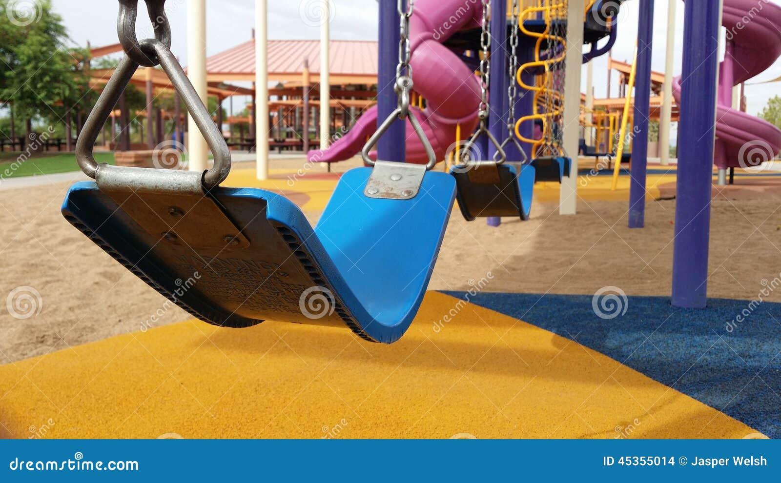 Balanço ajustado no campo de jogos