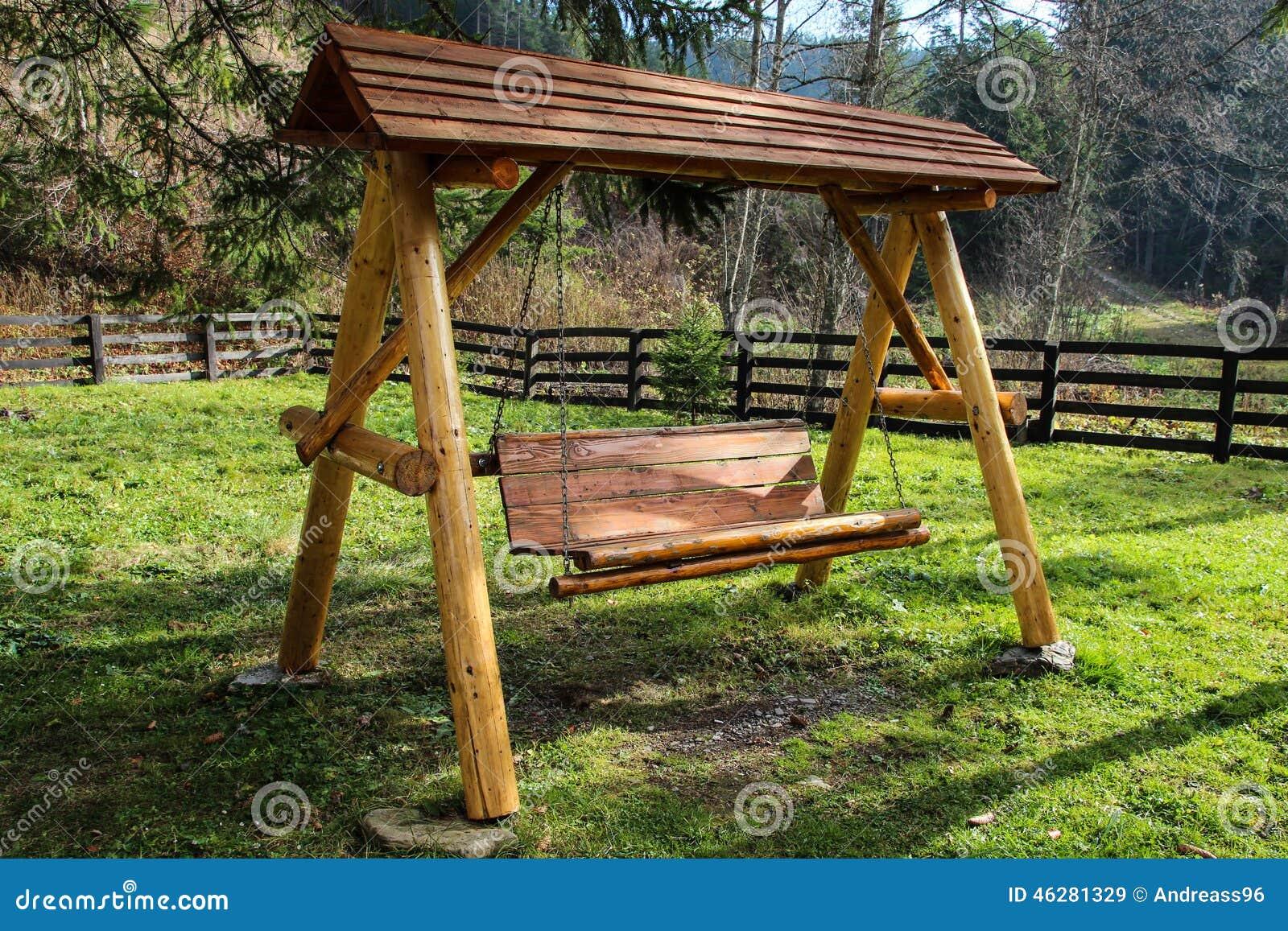 Um balanço de madeira no jardim o lugar perfeito a relaxar. #8E9F2C 1300x957