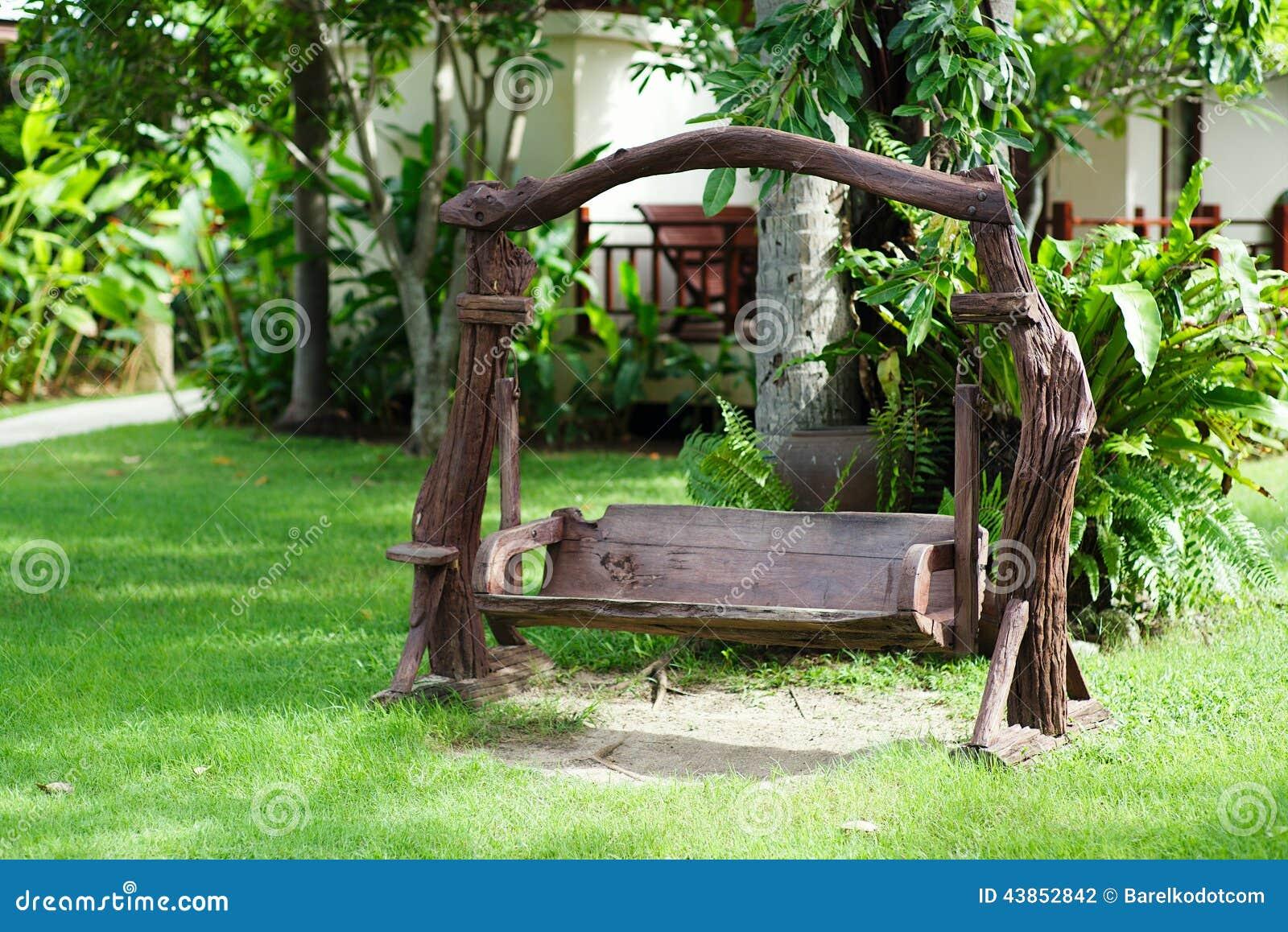 Balanço De Madeira Velho No Jardim Verde Foto de Stock Imagem  #427724 1300x958