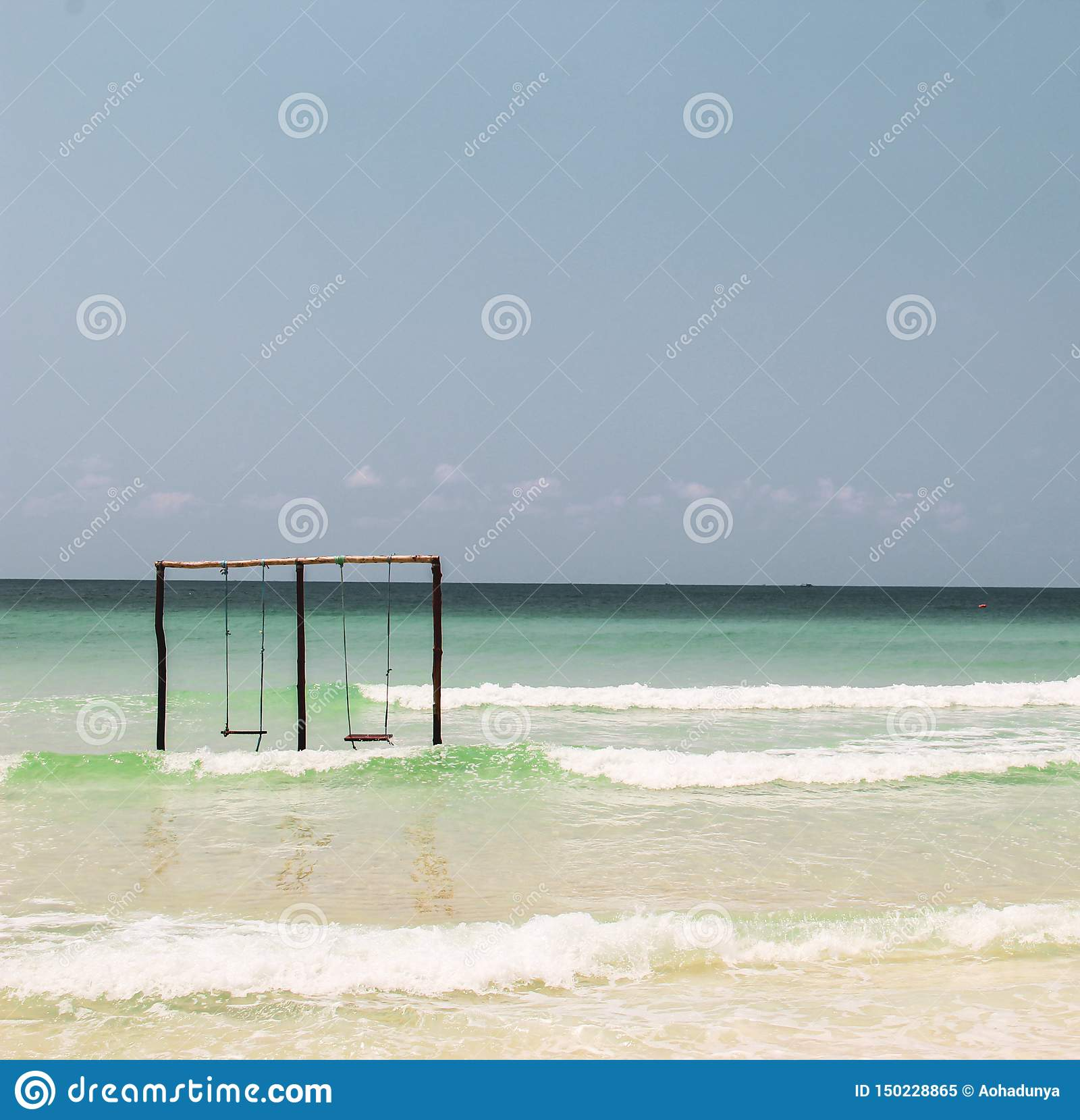 Balanço em um balanço no oceano