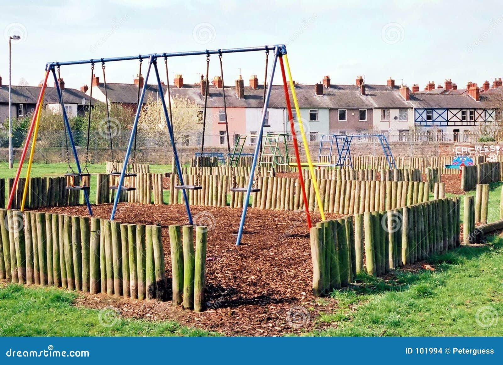 Balanços do parque - campo de jogos das crianças