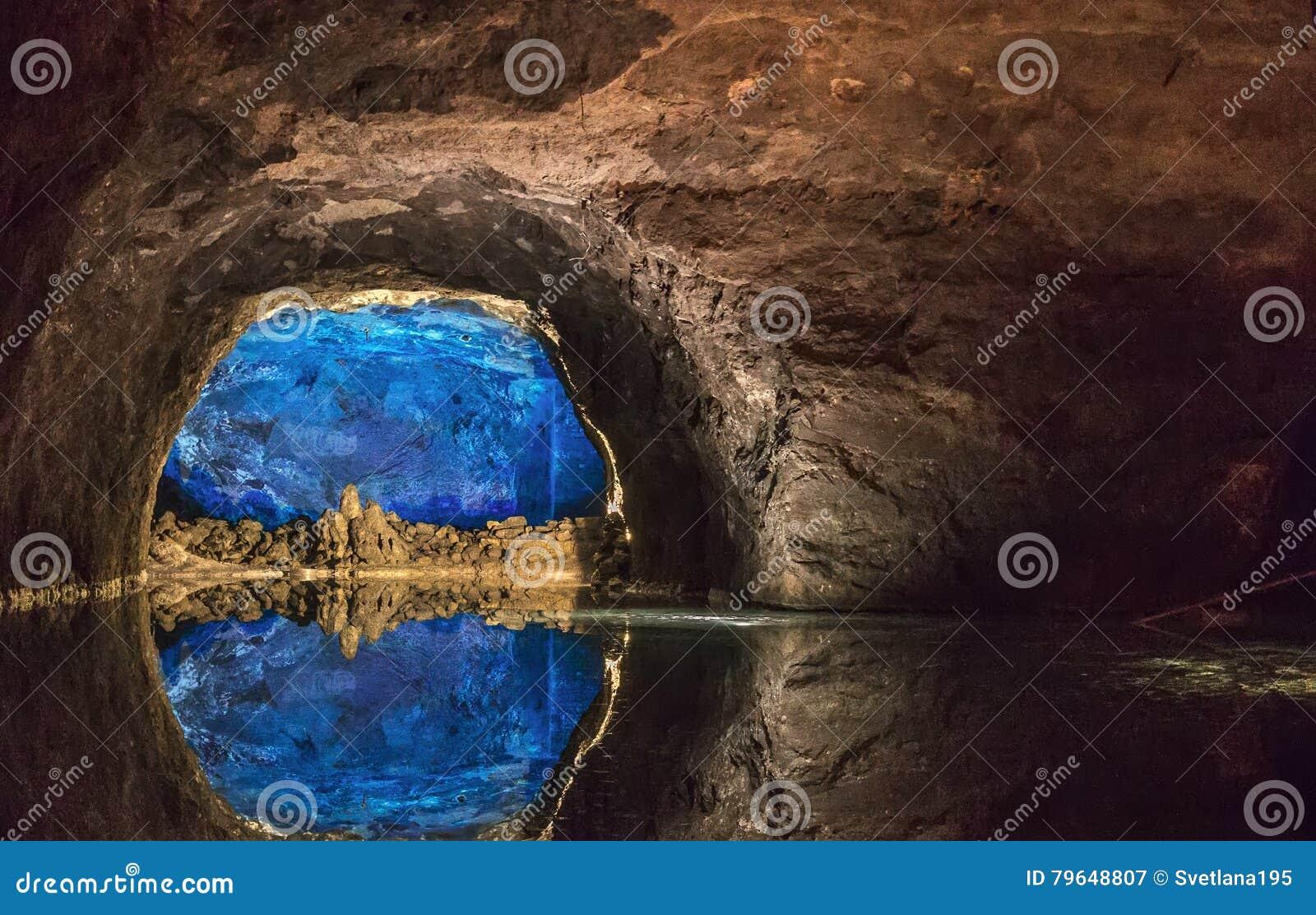 Balance a parede refletida no lago subterrâneo o maior em Europa