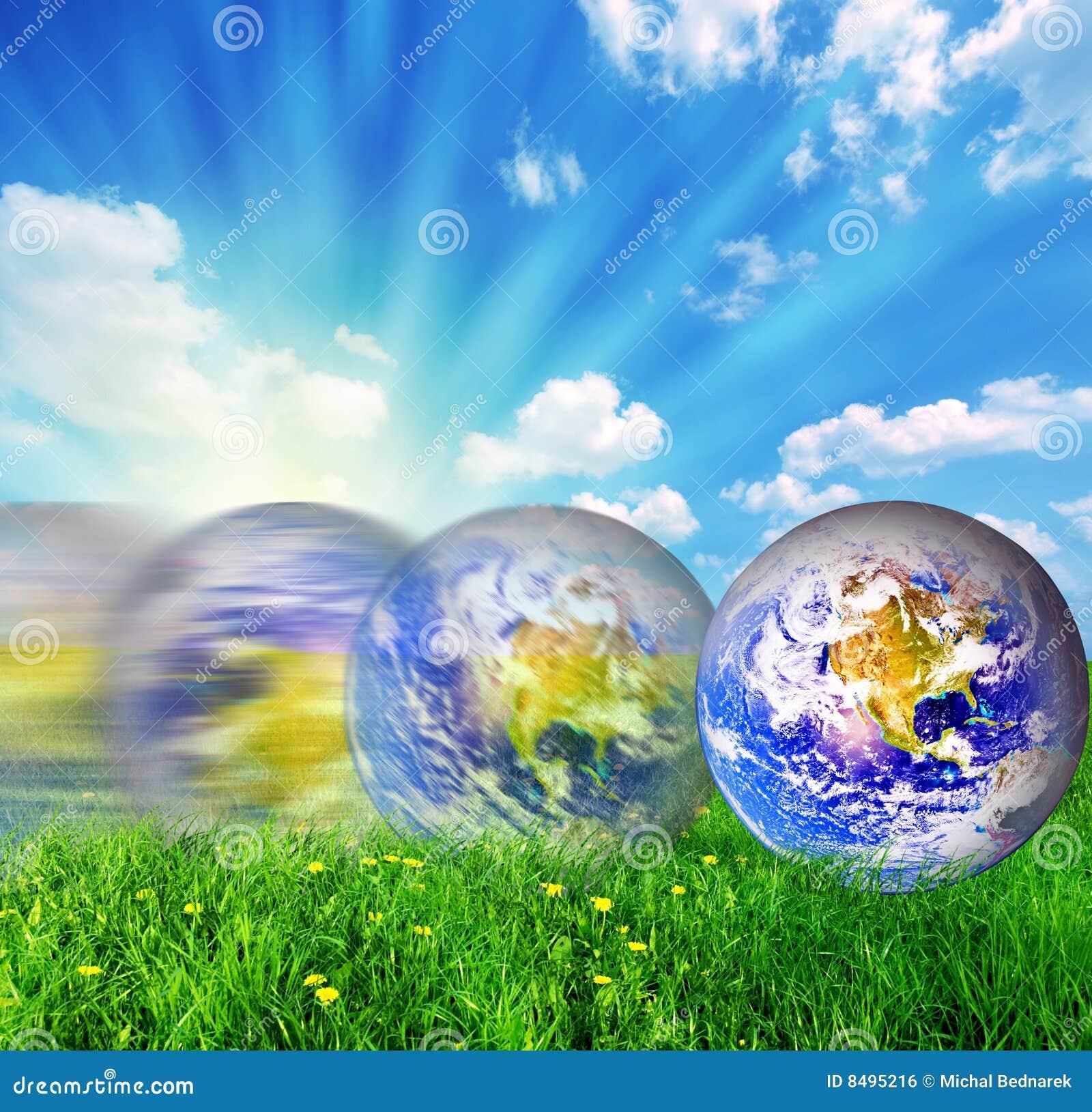 Balanceo del globo de la tierra en hierba verde