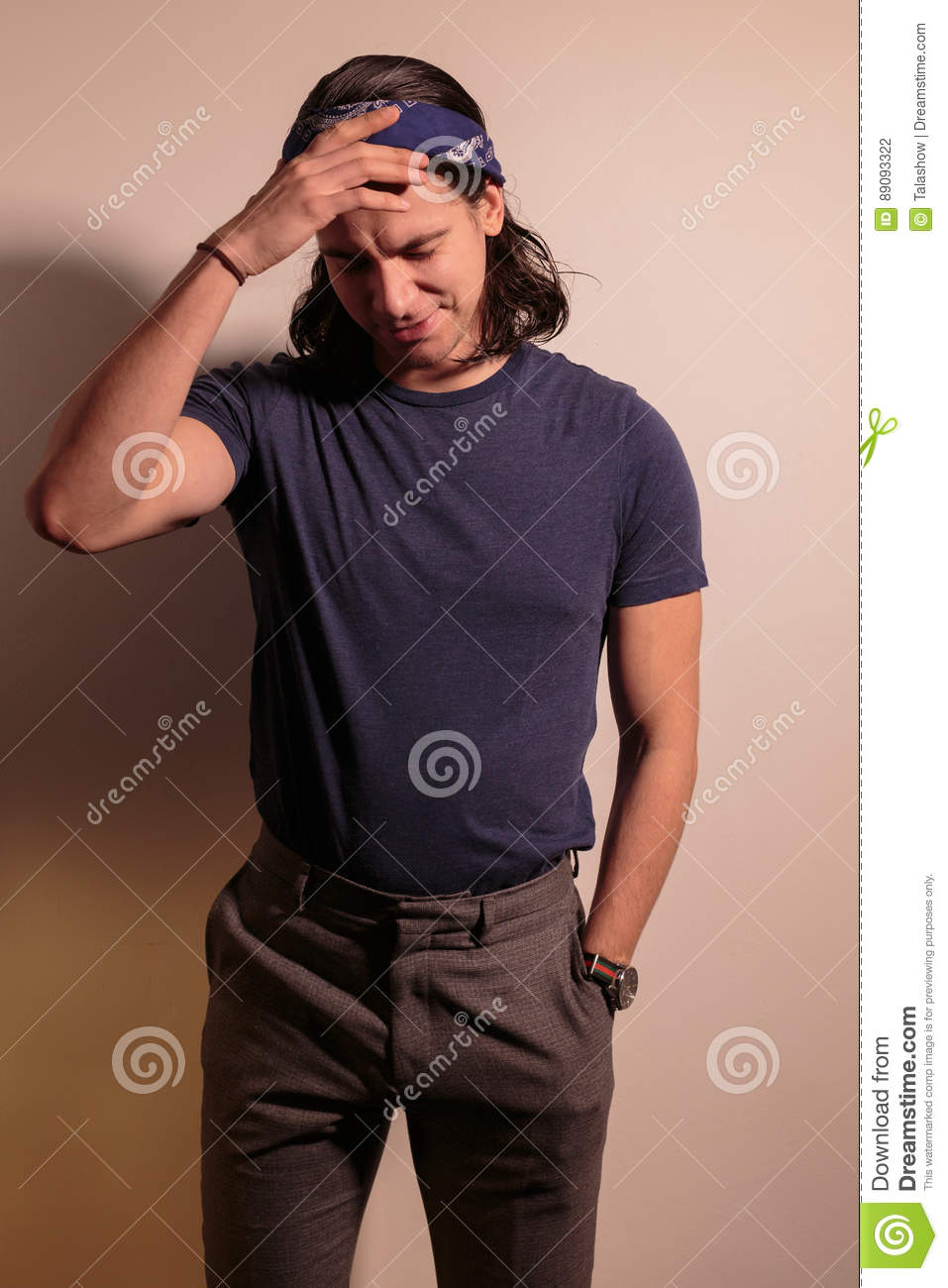 balancier de jeune homme dans le bandana avec de longs cheveux photo stock image du. Black Bedroom Furniture Sets. Home Design Ideas