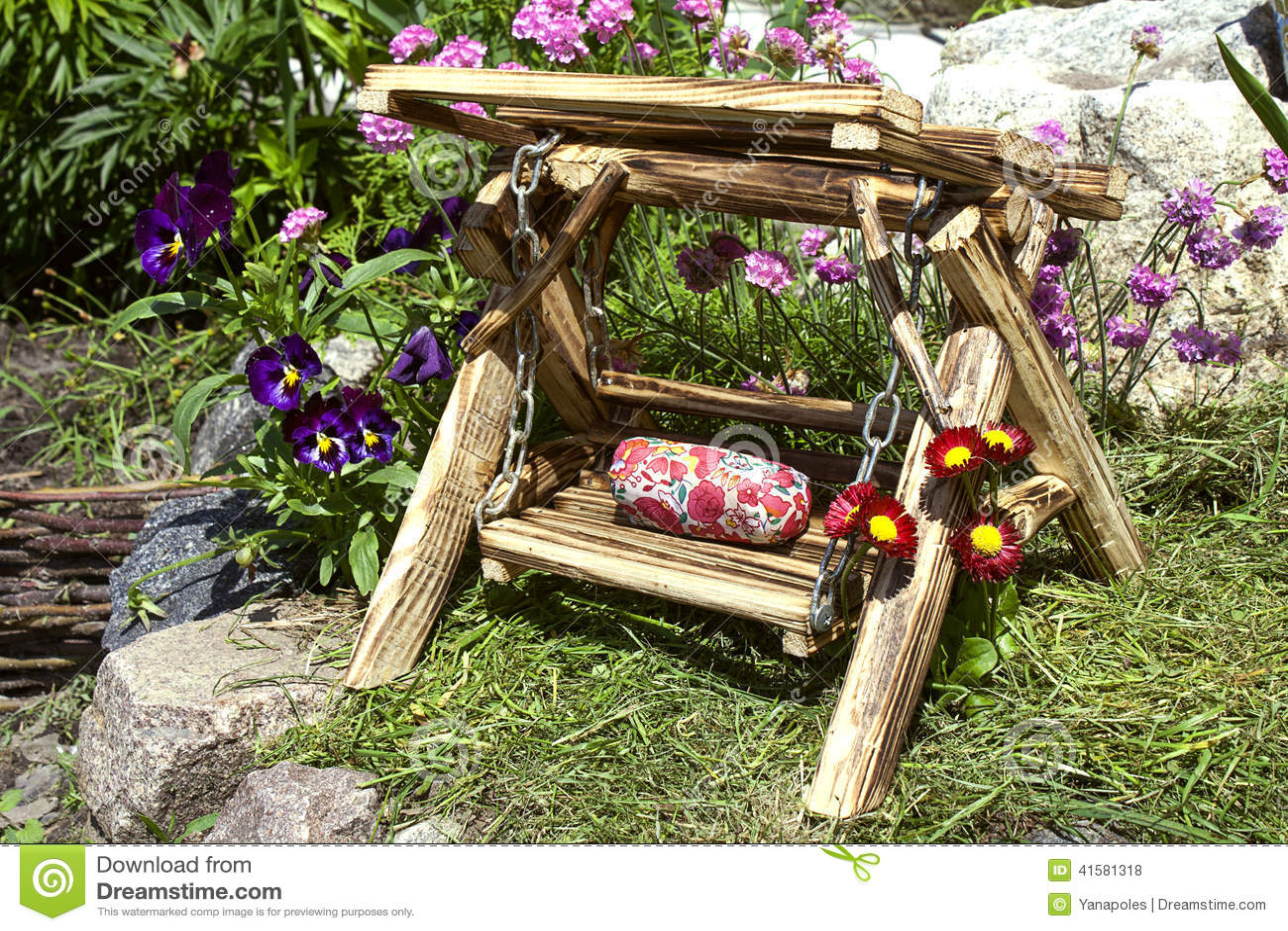 Decoração do jardim; Balanço de madeira do brinquedo no canteiro de  #993289 1300x957