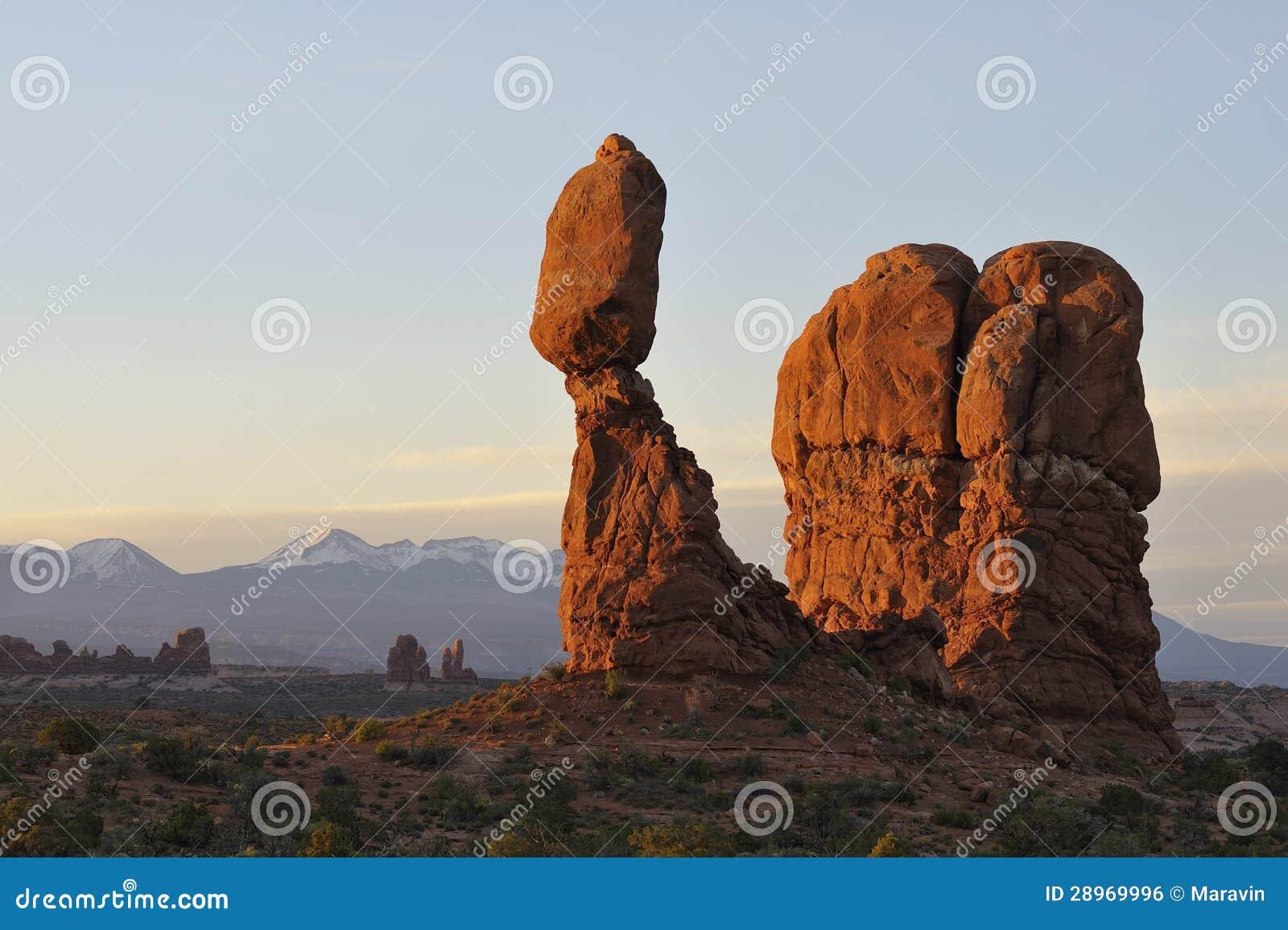 Balansowa skała w łuku park narodowy przy wschodem słońca