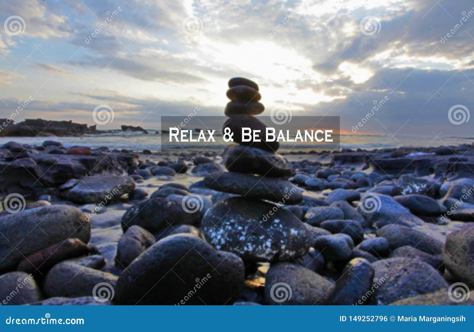 Balansowa wycena Inspiracyjna motywacyjna wycena Relaksuje i by? balansowa Z dennymi kamieniami balansuje formacj? w skalistej pl