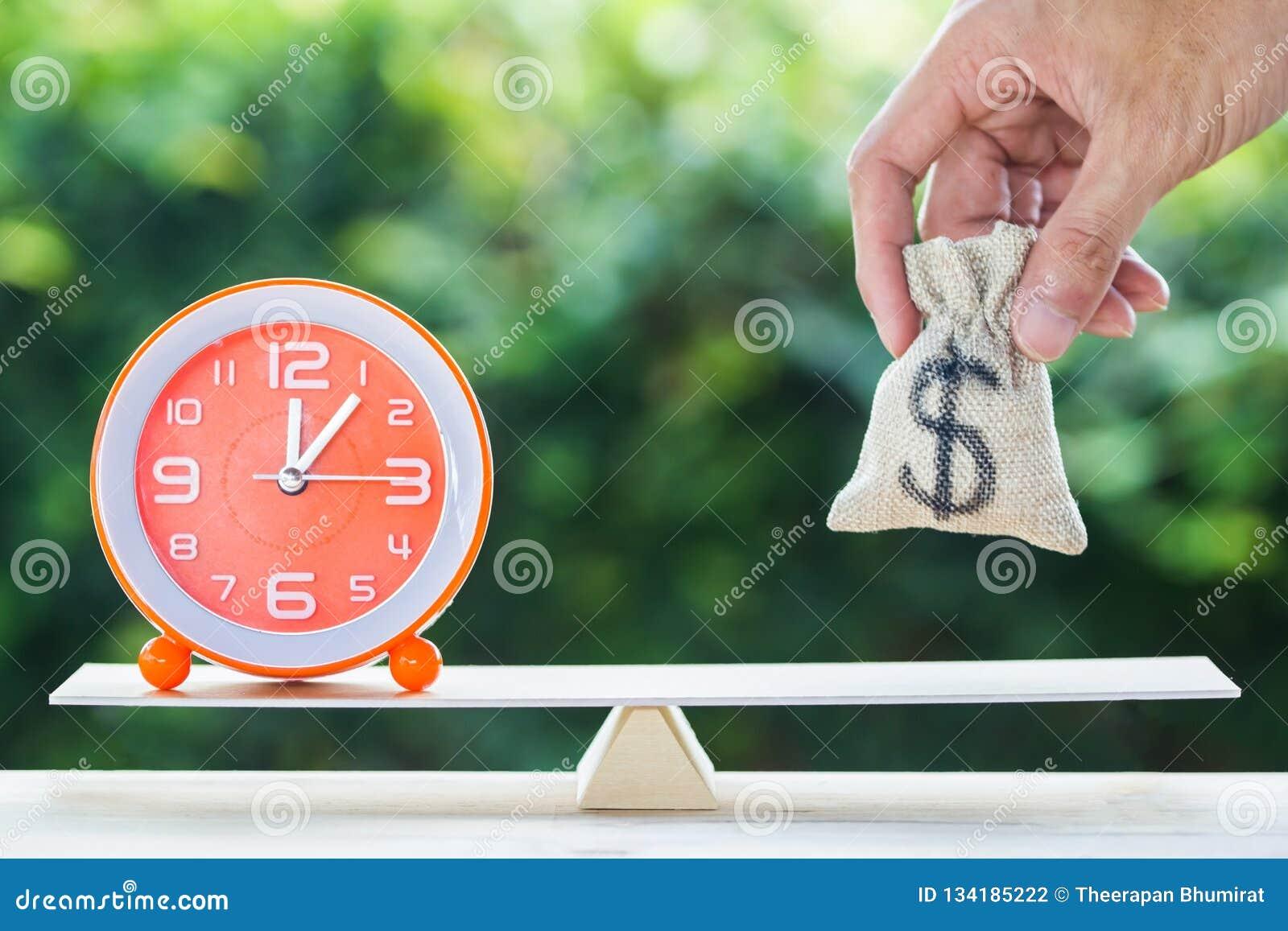Balansowy czas i pieniędzy oszczędzań inwestycji pojęcie