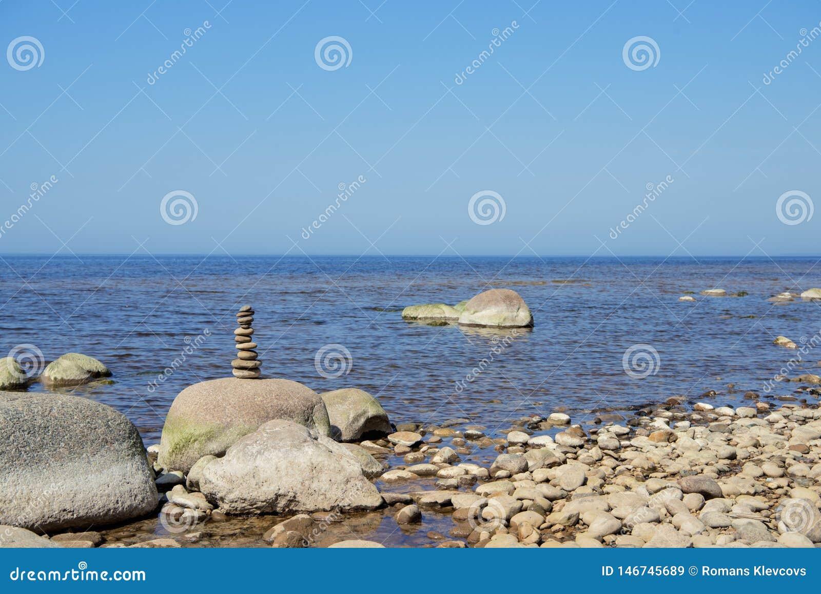 Balanza de las piedras en la playa El lugar en costas letonas llam? los klintis de Veczemju