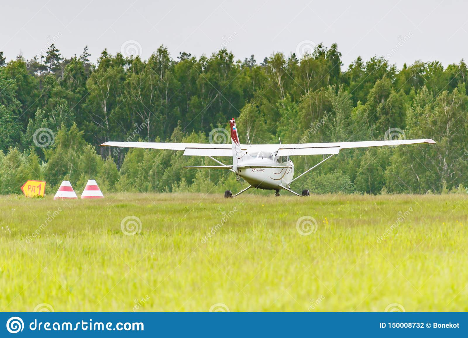 Balashikha, Moskwa region Rosja, Maj, - 25, 2019: Amerykański lekki samolot Cessna 172 Skyhawk RA-0937G na Chyornoe lotnisku przy