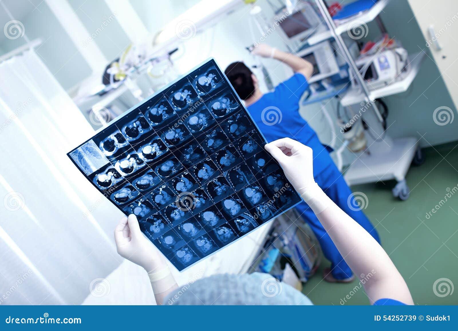Balayage de coeur (balayage de CT du coffre) dans les mains d un docteur