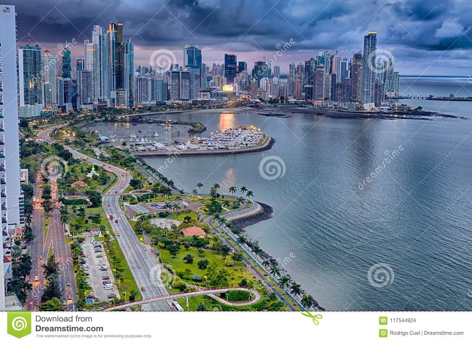 Balboa aleja, Panamski miasto, Panama przy półmrokiem